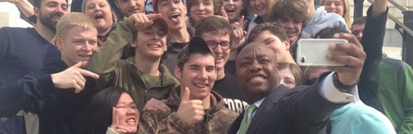 Sen. Tim Scott (R-SC) taking a selfie with a group of students