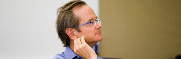 Harvard professor Lawrence Lessig, a Democrat, is mulling an unorthodox presidential campaign focused on fundamental political reforms.